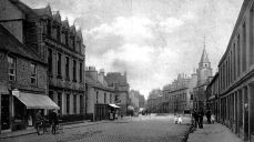 Source: http://tour-scotland-photographs.blogspot.ca/2014/12/old-photograph-george-street-stranraer.html