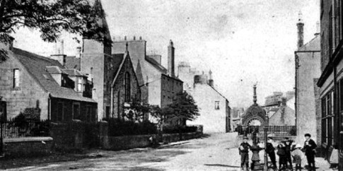 Neilston Main Street. Source: http://tour-scotland-photographs.blogspot.ca/2013/07/old-photograph-neilston-scotland.html