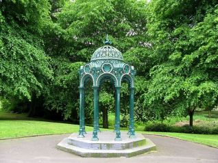Creative Commons License, Brian Boru. Sourc: https://commons.wikimedia.org/wiki/File:Tipton_Victoria_Park_Drinking_Fountain_Canopy.JPG